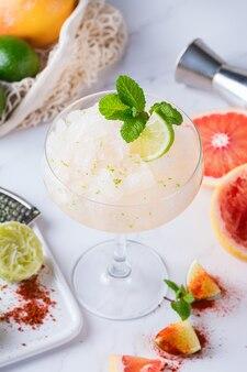 Bevroren mezcal of mescal margarita-cocktail met grapefruit, seltzerwater en limoen. populair, verfrissend drankje voor de zomer