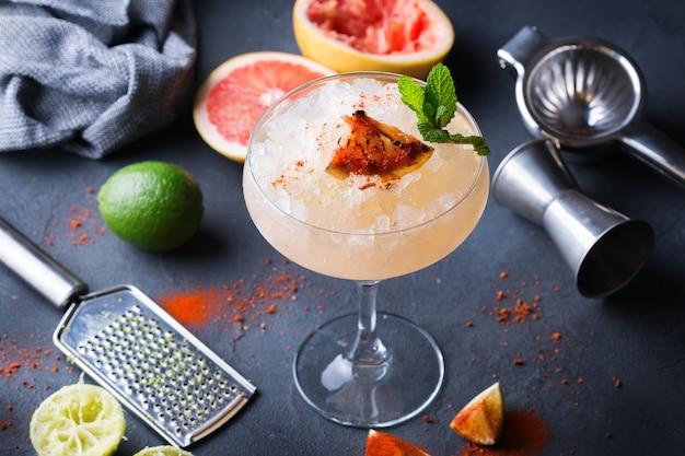 Bevroren mezcal of mescal paloma-cocktail met gegrilde grapefruit en seltzerwater en in het margaritaglas