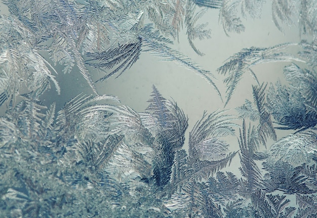 Bevroren raam. kristallen op een bevroren raam. kerstmis achtergrond.