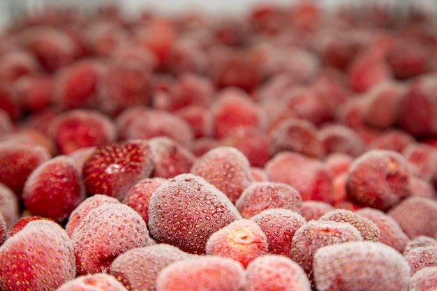 Bevroren verse aardbeien. voedselachtergrond van bessen.