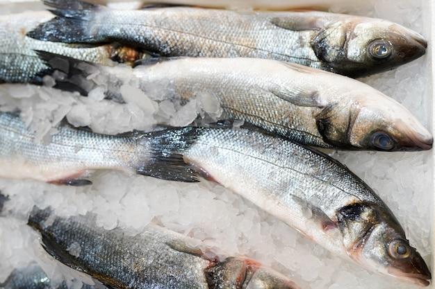 Bevroren vis in ijs op het aanrecht in de supermarkt.