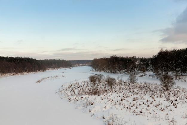 Bevroren water in de rivier tijdens vorst, winterseizoen met vorst