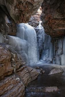Bevroren waterval in een bergkloof