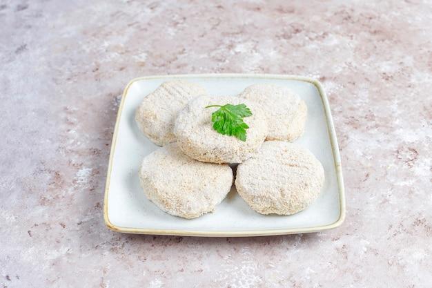 Bevroren zelfgemaakte ronde schnitzels.