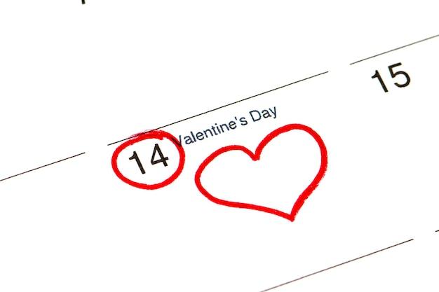 Bewaar de datum geschreven op de kalender - 14 februari, omlijnd met zwarte en rode stift