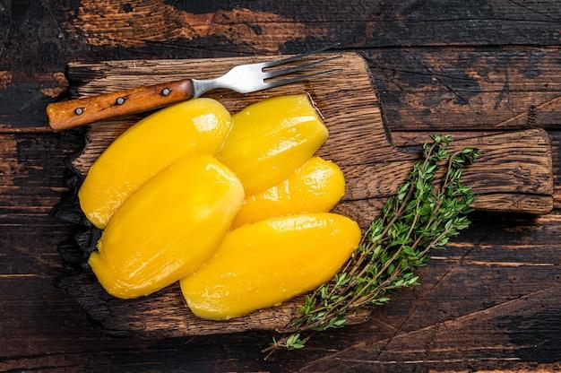 Bewaar mangoplakken op een houten bord