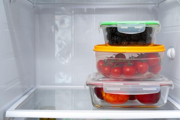 Bewaarbakken met vers voedsel in de koelkast