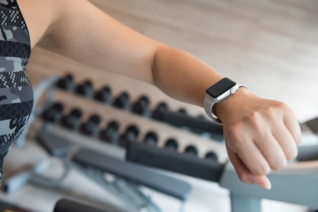 Bewegen in fitness, gezond sporten, fit en stevig