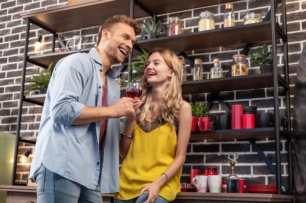 Bewegen vieren. net getrouwd stel dat zich buitengewoon gedenkwaardig voelt tijdens de verhuizing naar hun nieuwe appartement