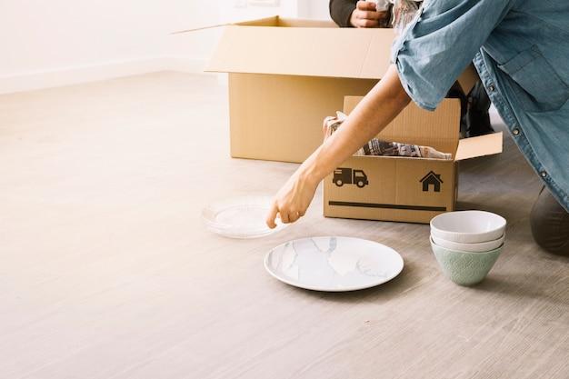 Bewegend concept met vrouw en dozen