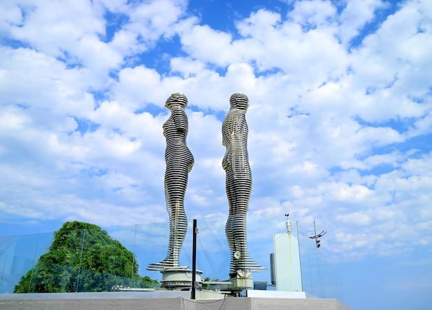 Bewegende sculptuur van ali en nino uit het tragedie liefdesverhaal batumi city georgia