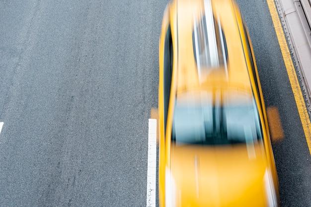 Bewegende taxi op de weg bovenaanzicht