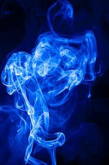 Beweging blauwe rook op zwarte achtergrond.