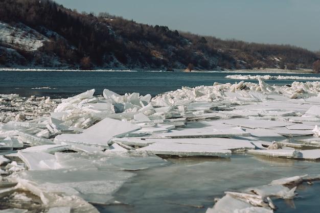 Beweging van ijsschotsen op de rivier onder invloed van stroming of wind