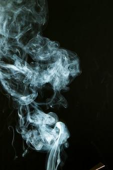Beweging van witte rook op zwarte achtergrond