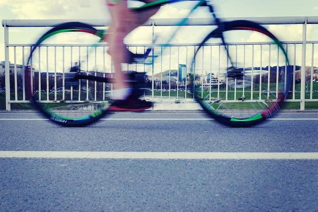Beweging wazig fietser rijdt over de brug
