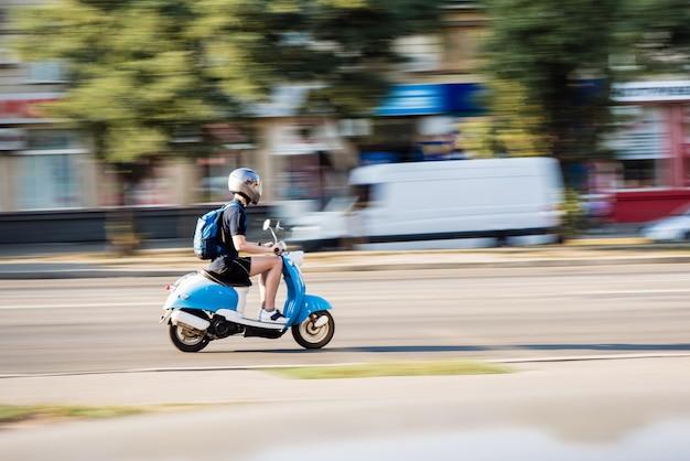 Beweging wazige scooter die verby de camera beweegt