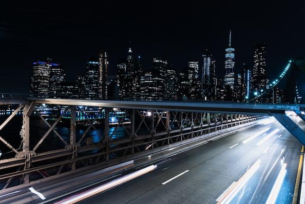 Bewegingsonscherpte brug met auto's in de nacht