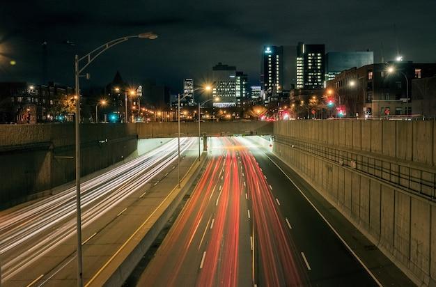 Bewegingsonscherpte-effect op een snelweg 's nachts
