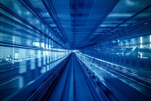 Bewegingsonscherpte van automatische trein die binnen tunnel in tokyo, japan beweegt.