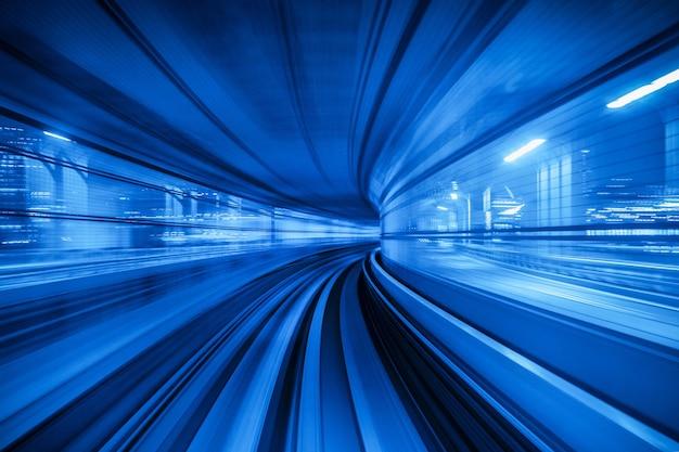Bewegingsonscherpte van automatische trein die in tunnel in tokio, japan beweegt.