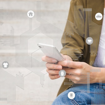 Bewerker chip met app pictogrammen voor vrouw met behulp van mobiele telefoon