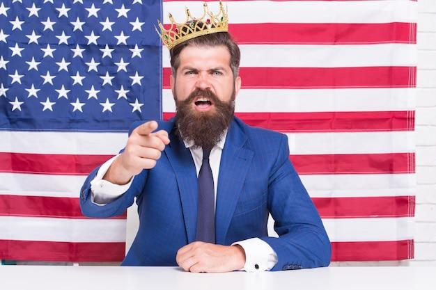Bewijs zijn zaak. patriottische geest. egoïstische man in pak draag kroon. overwinning en vrijheid. fourth of july verenigde staten onafhankelijkheidsdag. vrijheidsbeeld. bebaarde man usa parlementsvertegenwoordiger.