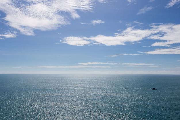 Bewolkt blauwe lucht met blauwe zee in de zomer