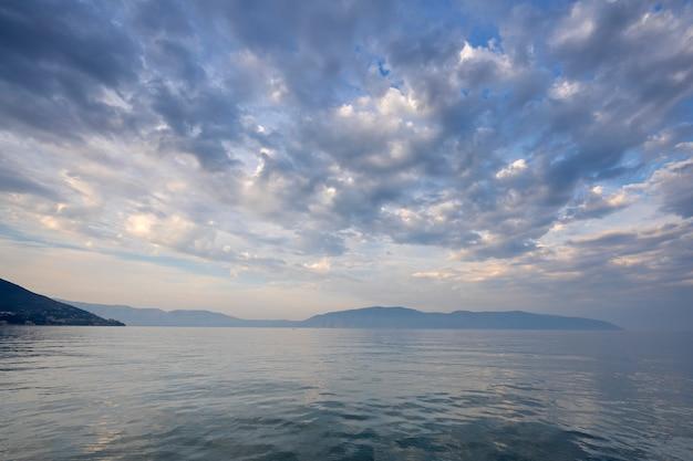 Bewolkt mistig landschap van de adriatische zee