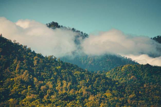 Bewolkte bergpieken in zonnige dag bali indonesië