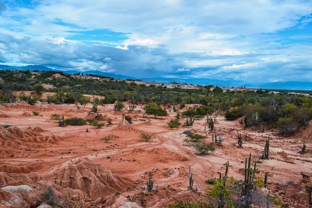 Bewolkte blauwe hemel boven een vallei in de tatacoa-woestijn, colombia