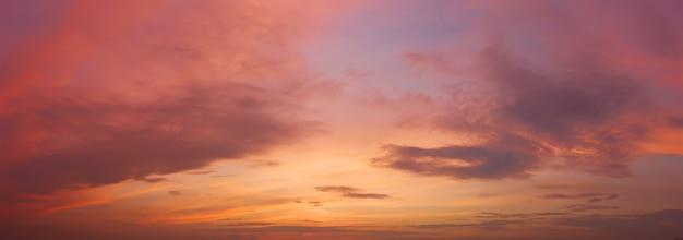 Bewolkte hemel bij zonsondergang
