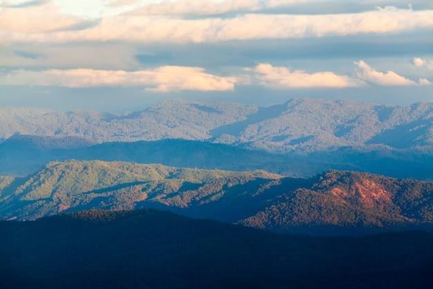 Bewolkte hemel in de bergen