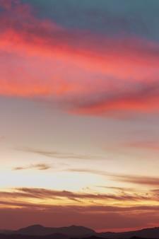 Bewolkte hemel in sepia en roze tinten