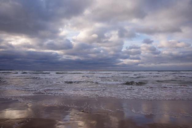 Bewolkte hemel op het strand