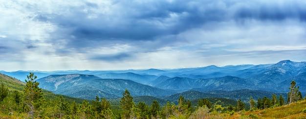 Bewolkte hemel over blauwe bergketen