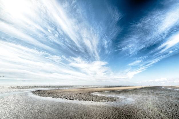 Bewolkte hemel over droog eiland