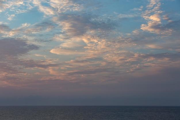 Bewolkte lucht in daglicht achtergrond