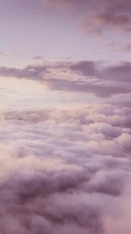 Bewolkte lucht tijdens de schemering mobiel behang