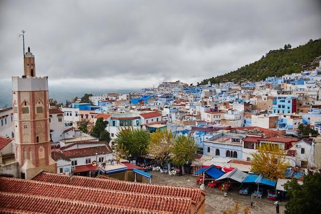 Bewolkte ochtend en wolken boven de stad chefchaouen, marokko. prachtige oude stad