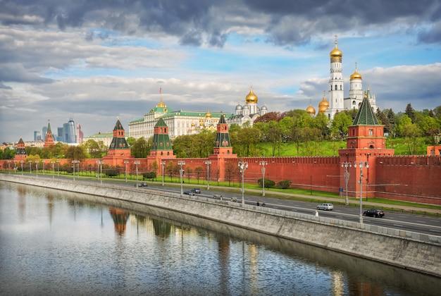 Bewolkte wolken boven de torens en koepels van het kremlin van moskou