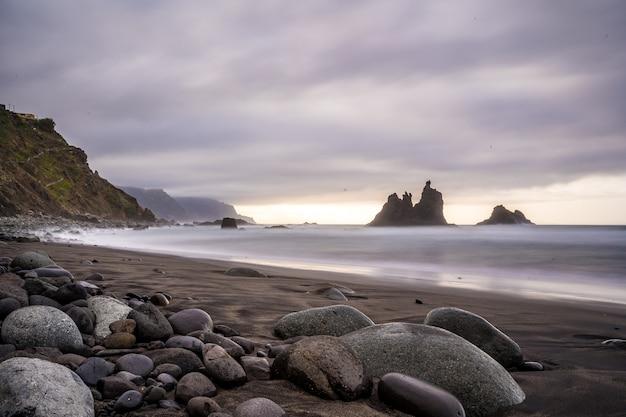 Bewolkte zonsondergang op het strand van benijo in het noorden van tenerife in spanje