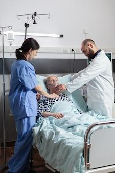 Bewusteloze senior vrouw patiënt liggend in ziekenhuisbed