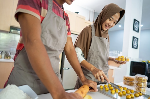 Bezig paar dat samen nastar-snackcake thuis maakt voor eid mubarak-viering samen