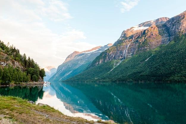 Bezinning van berglandschap op blauw idyllisch meer