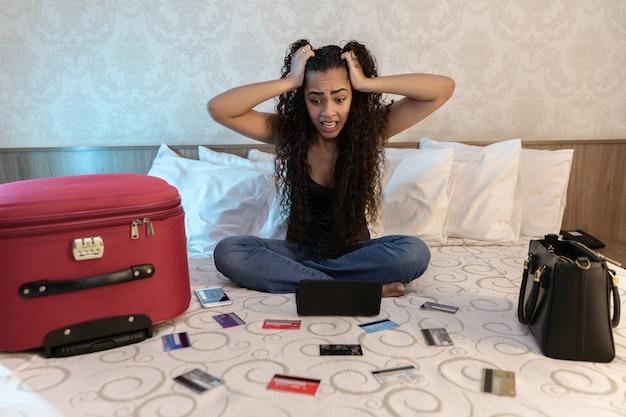 Bezorgd en wanhopige vrouw die rekeningen belastinguitgaven berekent en thuis financiën meet
