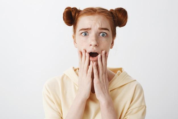 Bezorgd geschokt roodharig meisje dat bedroefd kijkt van empathie