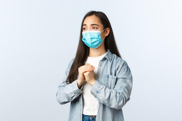 Bezorgd hoopvolle aziatische vrouw zorgen over vriend kreeg positieve test coronavirus, bidden in medisch masker, pleiten gebaar