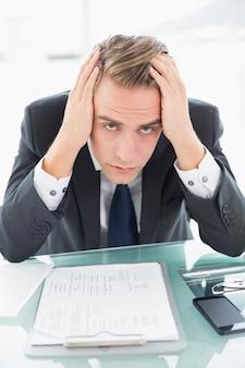 Bezorgd jonge zakenman op kantoor