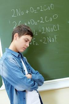 Bezorgd jongen met het examen